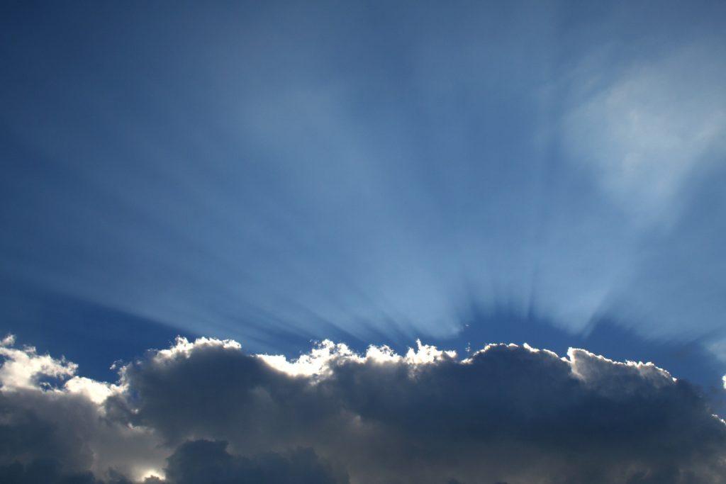 Hinter den Wolken scheint die Sonne weiter